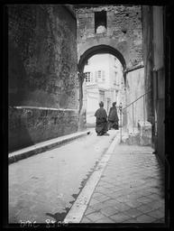 Rue Saint-Yves. Départ pour la messe / Gustave Fouju |