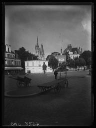 Place Semard, devant la gare ferroviaire de Chartres / Gustave Fouju |