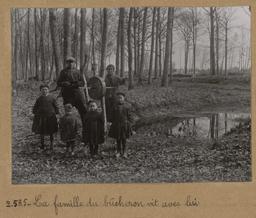 La famille du bûcheron vit avec lui [Châteauneuf-en-Thymerais ?]  | Houdard, Georges (1883-1944). Photographe