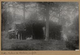 Cabane de bûcheron, en forêt [Châteauneuf-en-Thymerais ?]  | Houdard, Georges (1883-1944). Photographe