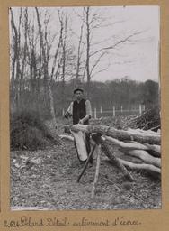Pelard. Détail : enlèvement d'écorce [Châteauneuf-en-Thymerais ?]  | Houdard, Georges (1883-1944). Photographe