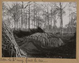 Le 2ème rang finit le tas... [Châteauneuf-en-Thymerais ?] | Houdard, Georges (1883-1944). Photographe