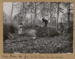 Mise de feu à la base de la meule [Châteauneuf-en-Thymerais ?]  | Houdard, Georges (1883-1944). Photographe