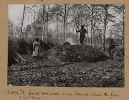 Il faut assurer une bonne mise de feu à la base [Châteauneuf-en-Thymerais ?] | Houdard, Georges (1883-1944). Photographe