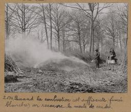 Quand la combustion est suffisante (fumée blanche) on recouvre la meule de cendre [Châteauneuf-en-Thymerais ?]  | Houdard, Georges (1883-1944). Photographe