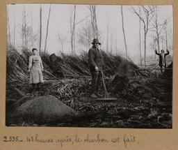 48 heures après, le charbon est fait [Châteauneuf-en-Thymerais ?] | Houdard, Georges (1883-1944). Photographe