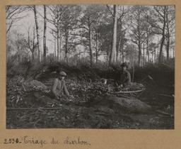 Triage du charbon [Châteauneuf-en-Thymerais ?]  | Houdard, Georges (1883-1944). Photographe