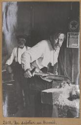 Un sabotier au travail | Houdard, Georges (1883-1944). Photographe